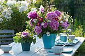 Frühsommerstrauß in blauer Vase : Paeonia ( Pfingstrosen ), Tanacetum