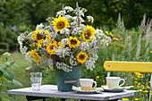 Üppiger Sommerstrauß aus Helianthus annuus ( Sonnenblumen )