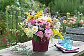 Bunter Sommerstrauß aus Rosa ( Rosen ), Galium ( Labkraut ), Nepeta