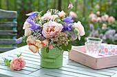 Kleiner Strauß aus Rosa ( Rosen ), Campanula ( Glockenblumen ),