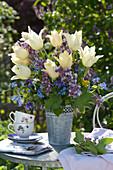 Tulipa 'Purissima' ( Tulpen ), Syringa ( Flieder ), Alchemilla ( Frauenmantel )