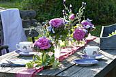 Kleine Sträuße in Reihe als Tischdeko : Rosa ( Rosen ), Thymus