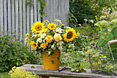Ländlicher Strauß im gelben Topf :  Helianthus annuus ( Sonnenblumen )