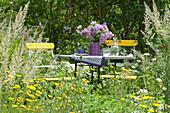 Sitzplatz zwischen Sommerblumen und Gräsern, Strauß aus Monarda