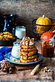 Kürbispancakes mit Karamellsauce und Nüssen