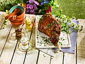 Langsam gekochte walisische Lammkeule mit drei Saucen