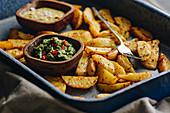 Gebackene Kartoffelspalten mit Dips