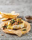 Gebackener Camembert mit Honig-Ingwer-Crumble