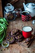 Schokoladenplätzchen mit gehackten Pistazien
