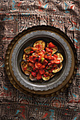 Msakaa Bazenjan (Paprika-Tomaten-Gemüse auf Auberginenscheiben, Syrien)