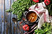 Vegetarische Gemüsesuppe mit Karotten, Tomaten, Erbsen und Kartoffel