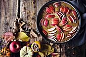 Herbstlicher Apfelkuchen in der Form (ungebacken)