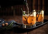 Whiskycocktail mit frischem Thymian und Birne