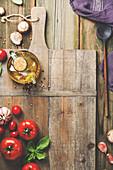 Zutaten für die italienische Küche auf Holzbrett (Aufsicht)