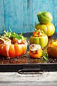 Gefüllte Ur-Tomaten mit Tomaten-Ananas-Chutney vom Grill