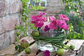 Glas mit Kerze in Einmachglas gestellt als Windlicht, Blüten von Dianthus