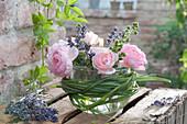 Glas mit Kerze in Einmachglas gestellt als Windlicht, Blüten von Rosa