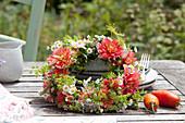 Blütenkranz aus Dahlien ,  Feinstrahl und Fenchelblüten