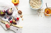 Feigen, Beeren, Walnüsse, Haferflocken und Honig