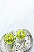 Grüner Gazpacho mit Gemüsewürfeln