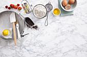 Backzutaten: Zitronen Erdbeeren, Mohn, Mehl und Eier