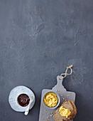 Schokoladenaufstrich und Aprikosenaufstrich mit Vollkornbrot