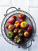 Verschiedene Tomaten auf Tablett