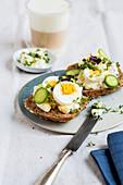 Vollkornbrötchen mit Kräuter-Frischkäse und hartgekochtem Ei