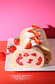 Biskuitroulade mit Erdbeeren (Modekuchen aus den 60er Jahren)