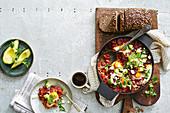 Baked beans mit Chorizo, Ei und Avocado