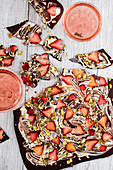 Dunkler und weisser Schokoladenbruch mit Pistazien und Erdbeeren zum Valentinstag