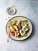Ziegenkäse auf Wildkräuter-Spargel-Salat
