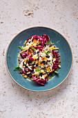 Chicoree-Radicchio-Salat mit Trockenfrüchten und Kürbiskernen