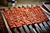 Türkische Hackfleisch-Spieße auf dem Grill