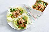San Choy Bao (chinesische Nudeln mit Hack und Gemüse) in Salatblatt