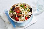Nudelsalat mit Würstchen und Gemüse (Reste vom Brotauflauf)