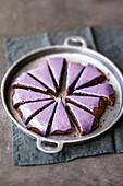 Pan-baked purple mulled wine cake