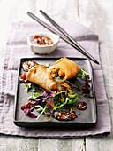 Garnelen-Chinakohl-Frühlingsrollen mit Curry-Chili-Vinaigrette