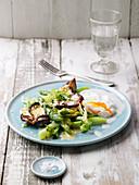 Pochiertes Ei mit Steinpilz-Spargel-Salat und Parmesancreme