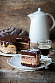 Schokoladentorte mit gebackenem Cheesecake und Karamellcreme