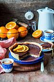 Schokoladen-Orangen-Kuchen, angeschnitten