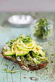 Avocado-Sandwich mit grünem Spargel