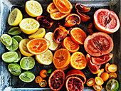 Verschiedene, ausgepresste Zitrusfrüchten