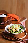 Stir Fry mit Tofu, Ingwer, grünem Spargel und Erbsen (Asien)