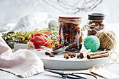Mischung aus Trockenfrüchten und Gewürzen in Schraubgläsern