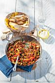 Ungarisches Gulasch mit Paprika, Fenchel und Baguette