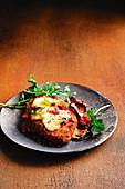 Hähnchen-Parmigiana mit Auberginen, Tomatensauce und Käse
