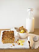 Gebackene Müslischnitte mit Ananas und Milch