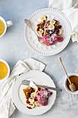 Pancakes mit Bananen, Himbeeren und Ahornsirup, Tee
