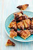 Nussecken mit Schokolade auf Teller